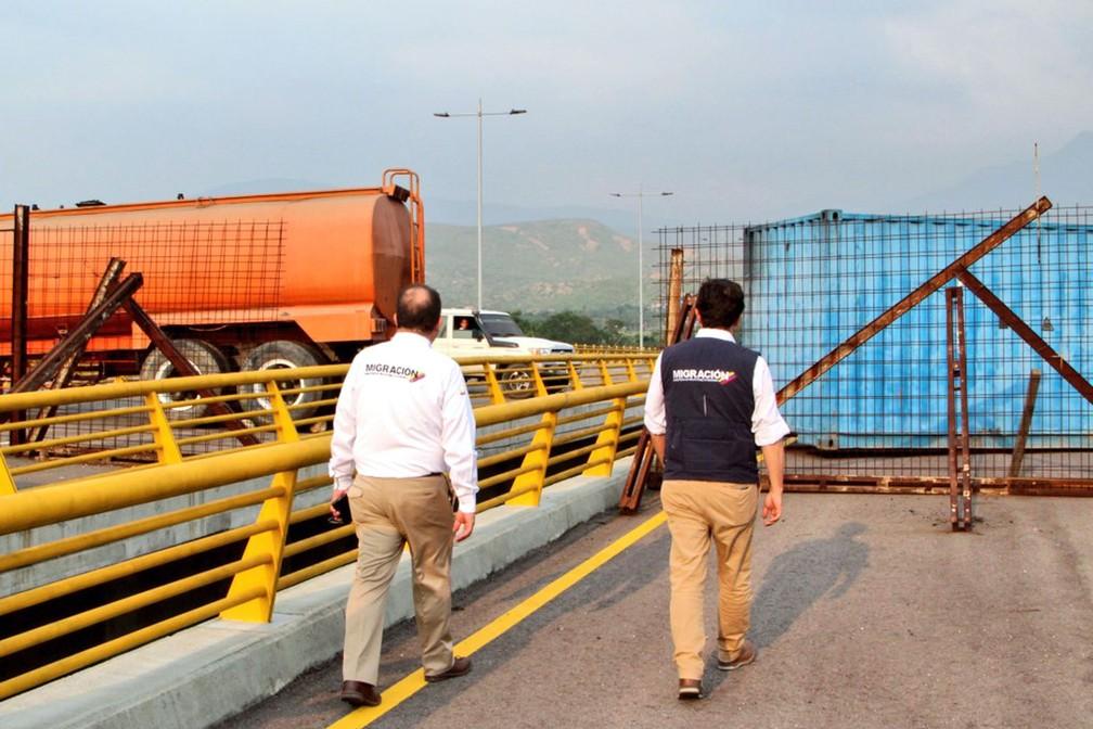 Foto mostra bloqueio da ponte Tienditas entre Cúcuta (Colômbia) e Ureña (Venezuela) na terça-feira (5)  — Foto: Colombian Migration Office / AFP