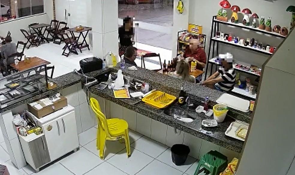 Homem puxa roupa de garçonete em loja de conveniência em Iguatu, no interior do Ceará — Foto: TV Verdes Mares/Reprodução