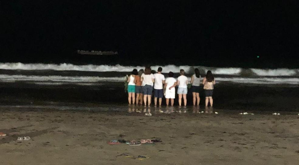 Grupo pede proteção e bênçãos para 2019, na Praia de Boa Viagem, Zona Sul do Recife, nesta segunda-feira (31) — Foto: Pedro Alves/G1