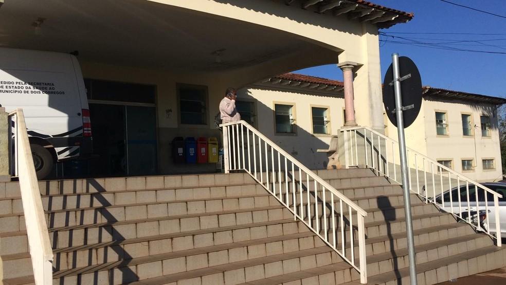 Os dois funcionários foram levados para a Santa Casa da cidade após o acidente — Foto: Bob Rodrigues/TV TEM