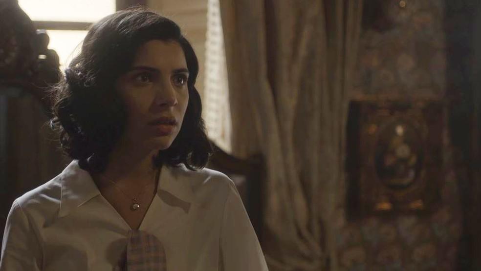 Soraia (Rayssa Bratillieri) fica chocada com reação de Assad (Werner Schunemann) em 'Éramos Seis' — Foto: Globo