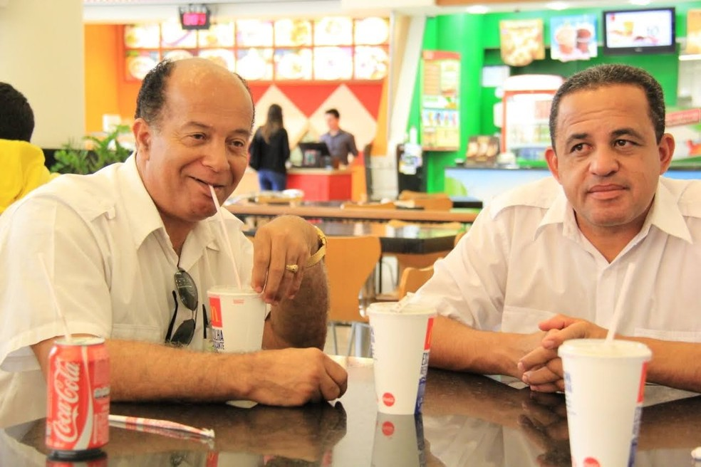 Osvaldo, tomando um refri, e Augusto Duarte em uma viagem a trabalho — Foto: Augusto Duarte/Arquivo pessoal