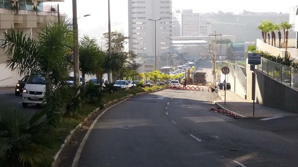 Trecho da Avenida Itamar Franco permanece interditado nesta segunda (25); trânsito é desviado pela Rua Vicente Beghelli, no Bairro Dom Bosco  (Foto: Vagner Tolendato/G1)