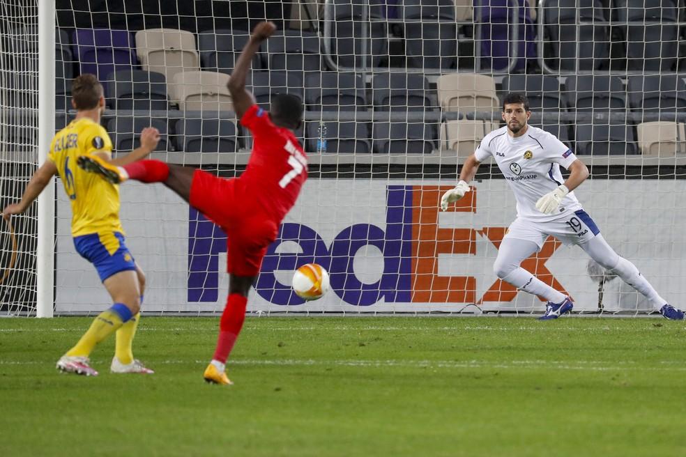 Daniel Tenenbaum em ação, pelo Maccabi Tel Aviv, contra o Sivasspor: dia de classificação e fim do serviço militar — Foto: Ahmad Gharabli/AFP