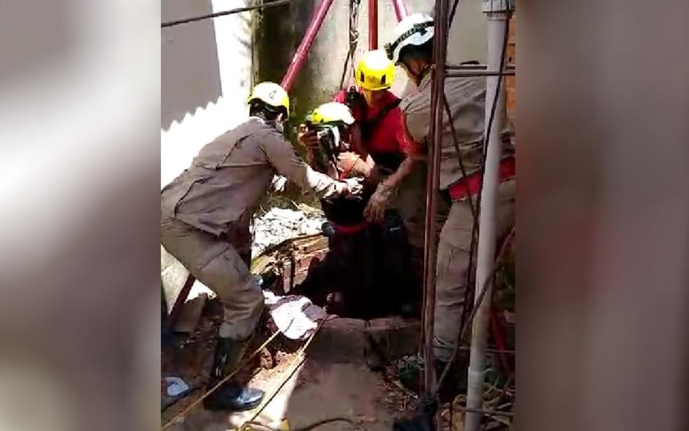 Bombeiros resgatam menino que caiu em cisterna, em Aparecida de Goiânia — Foto: Corpo de Bombeiros/Divulgação