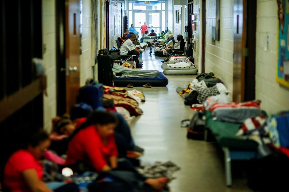 Moradores em abrigo da Cruz Vermelha na cidade de Grantsboro, na Carolina do Norte — Foto: Eduardo Muñoz/Reuters