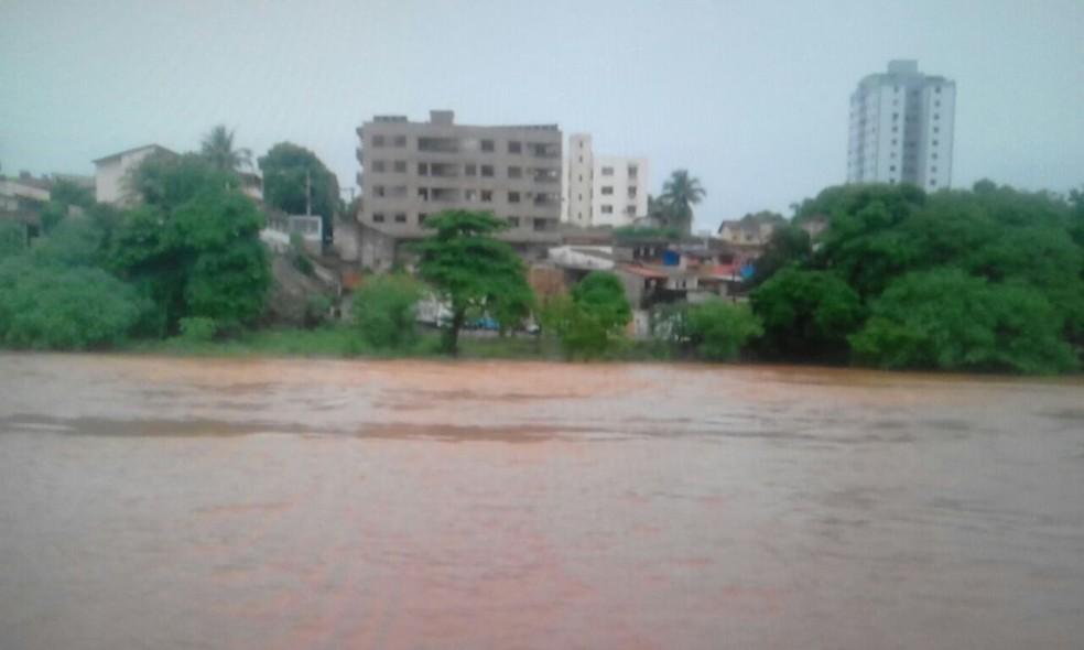 Nível do Rio Doce pode ultrapassar o Alerta Laranja, que é 2,40 m (Foto: Reprodução/ Inter TV)