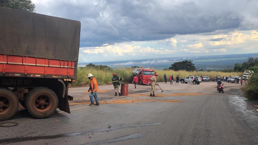 Acidente deixa um caminhoneiro morto em serra em MT — Foto: Valmir Pereira