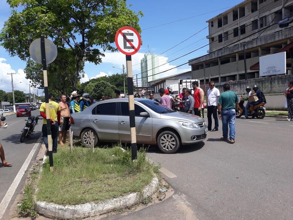 Um dos carros ficou no meio-fio depois da batida (Foto: Bena Santana/Rádio 94Fm)