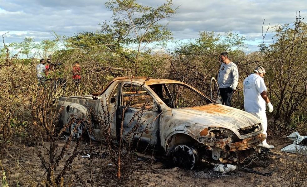 Os corpos estavam dentro de um carro na Vila do Leite em Petrolina — Foto: Ricardo Mattos/TV Grande Rio