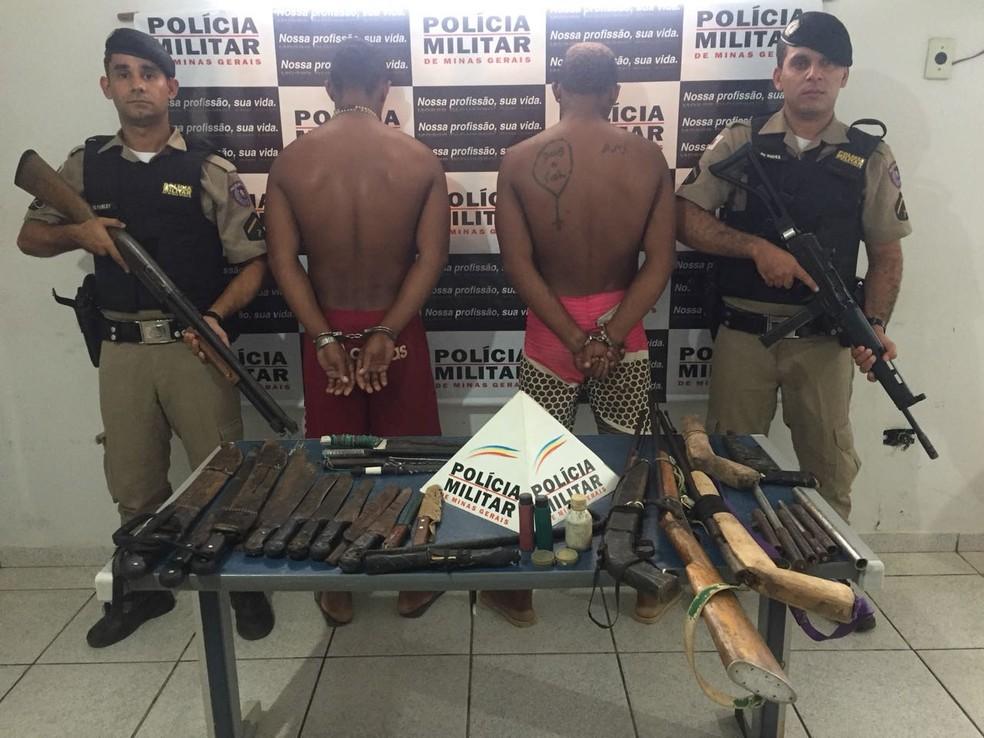 Irmão são presos por praticarem crimes como furto e roubo em Jaíba (Foto: Policia Militar / Divulgação)