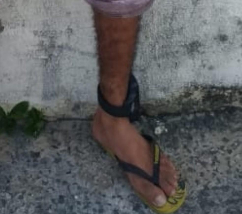 Em liberdade provisória e com tornozeleira eletrônica, homem é flagrado em rua carregando sacola com drogas na BA — Foto: Divulgação/SSP-BA