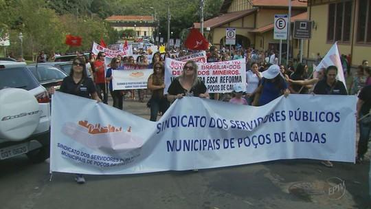 Entidades e centrais sindicais fazem manifestação em Poços de Caldas