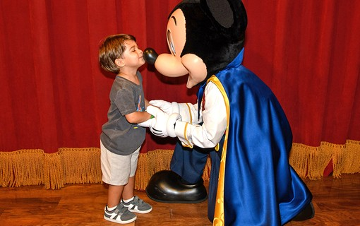 O pequeno Bento Carneiro com Mickey Mouse no Town Square Theater Disney´s Magic Kingdom