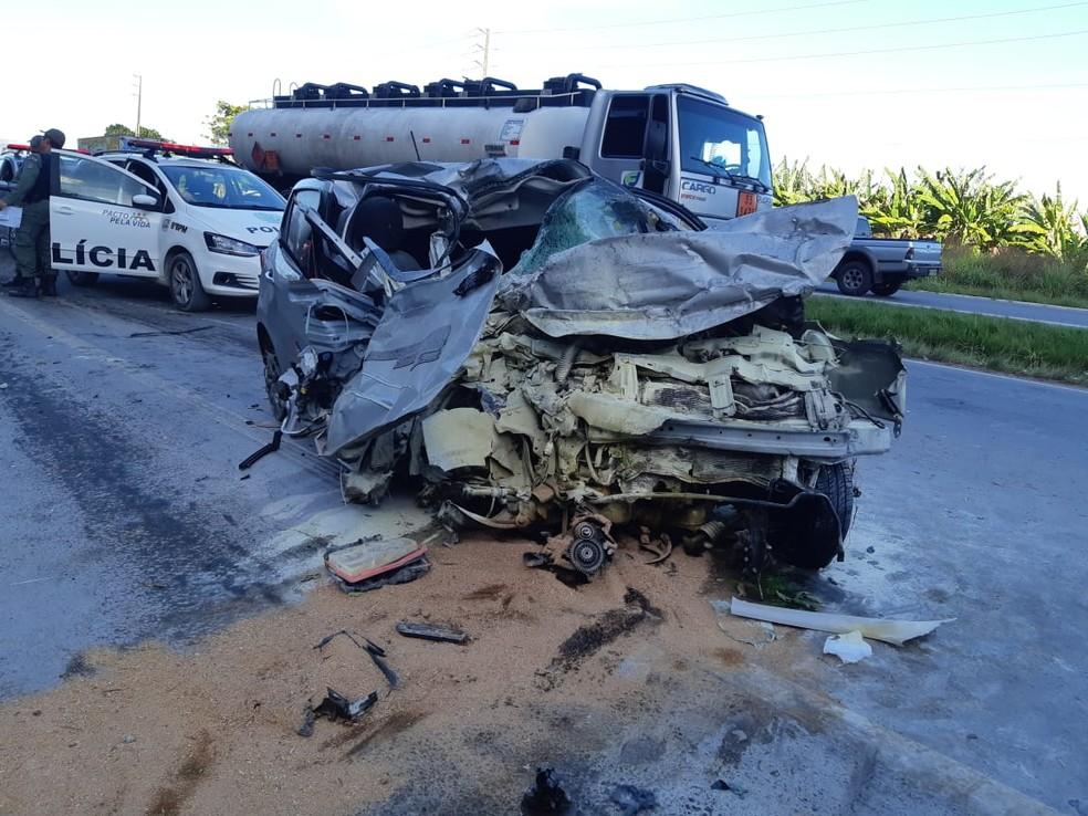 Carro ficou destruído após bater em caminhão-cegonha em Jaboatão — Foto: PRF/Divulgação