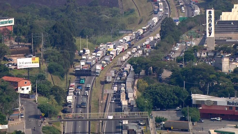 Engarrafamento durante manifestação nesta quarta-feira (24) na Régis Bittencourt, principal via de acesso a São Lourenço da Serra (Foto: TV Globo/Reprodução)