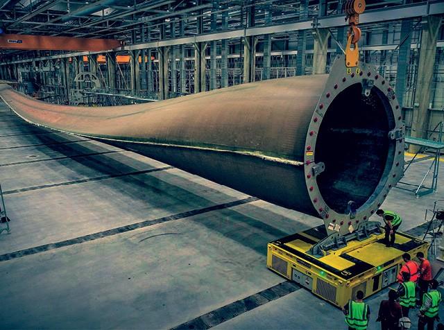 Na foto:  A maior pá de turbina eólica do mundo, com 107 metros, fabricada pela GE na França. - Projeções de mercado já mostram o momento em que fontes renováveis vão se tornar mais baratas que as fósseis e superá-las.  (Foto: Divulgacão)