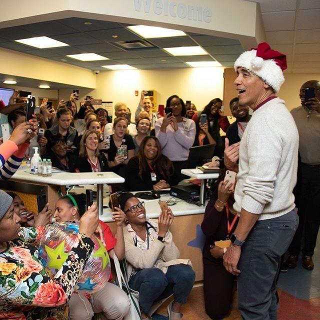 Barack Obama visitou o Children's National Hospital, em Washington D.C., vestido de Papai Noel (Foto: Reprodução/Instagram)