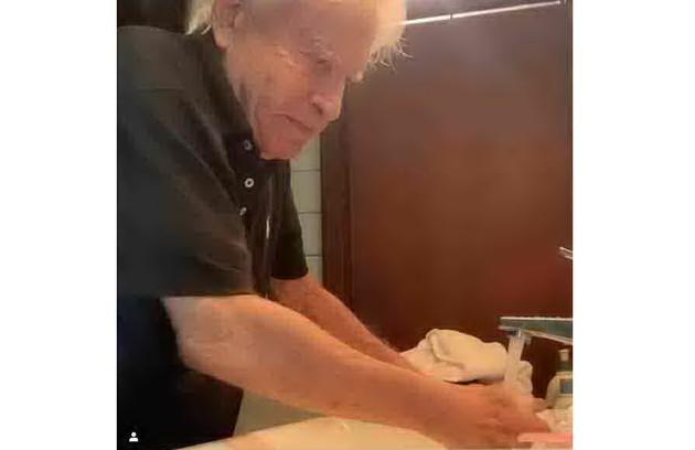 Antes dos vídeos do desafio virarem febre, o jornalista Cid Moreira já tinha compartilhado com seus seguidores suas dicas de higiene para combater o coronavírus (Foto: Reprodução)