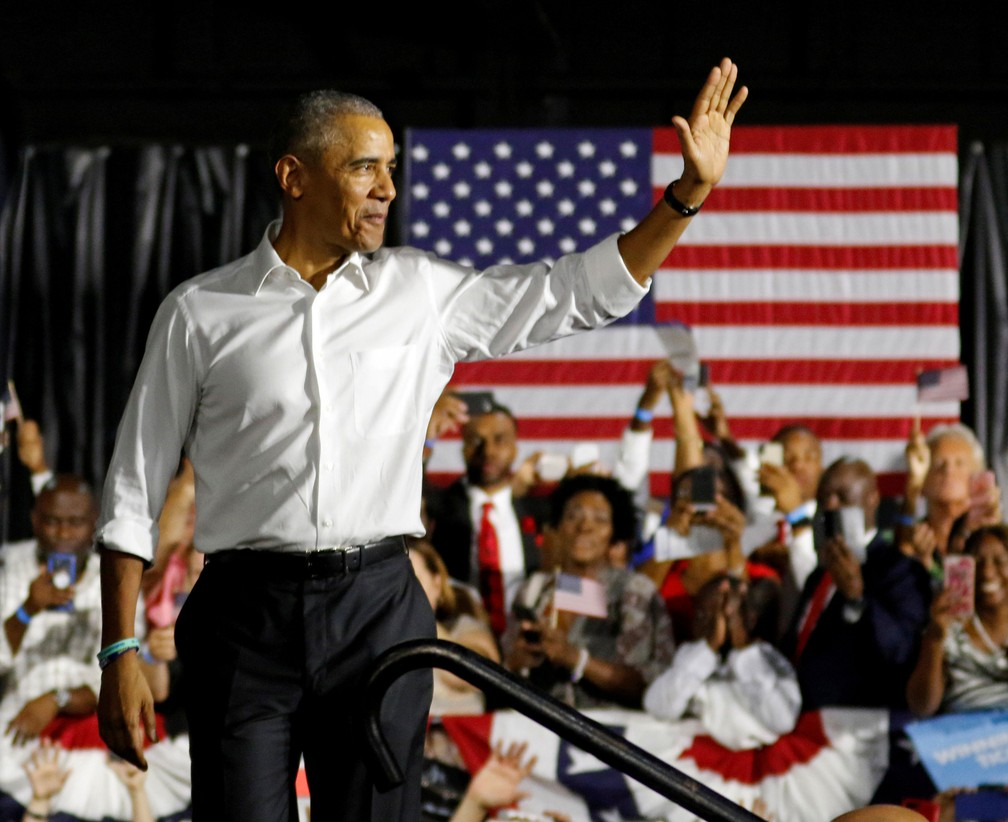 Ex-presidente Barack Obama subiu ao palco ao fazer campanha pelos democratas em Miami, na Flórida (EUA), na sexta-feira (2)  — Foto: Joe Skipper / Reuters