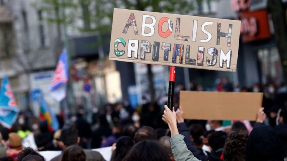 'Abolir o capitalismo', pede manifestante em um protesto em 1º de maio de 2021 em Berlim — Foto: Getty Images