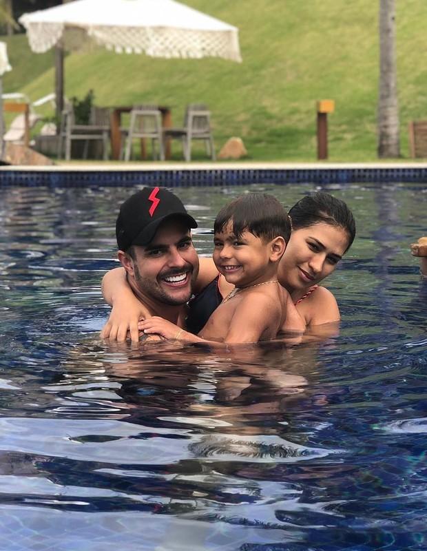 Simone com o marido, Kaká Diniz, e o filho deles, Henry (Foto: Reprodução Instagram)