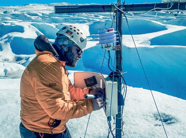 Guilherme Tomaschewski Netto desenvolveu uma rede de sensores de baixo custo e código aberto, altamente precisa para acompanhar a atividade das geleiras, em especial o derretimento de sua superfície (Foto: Divulgação)