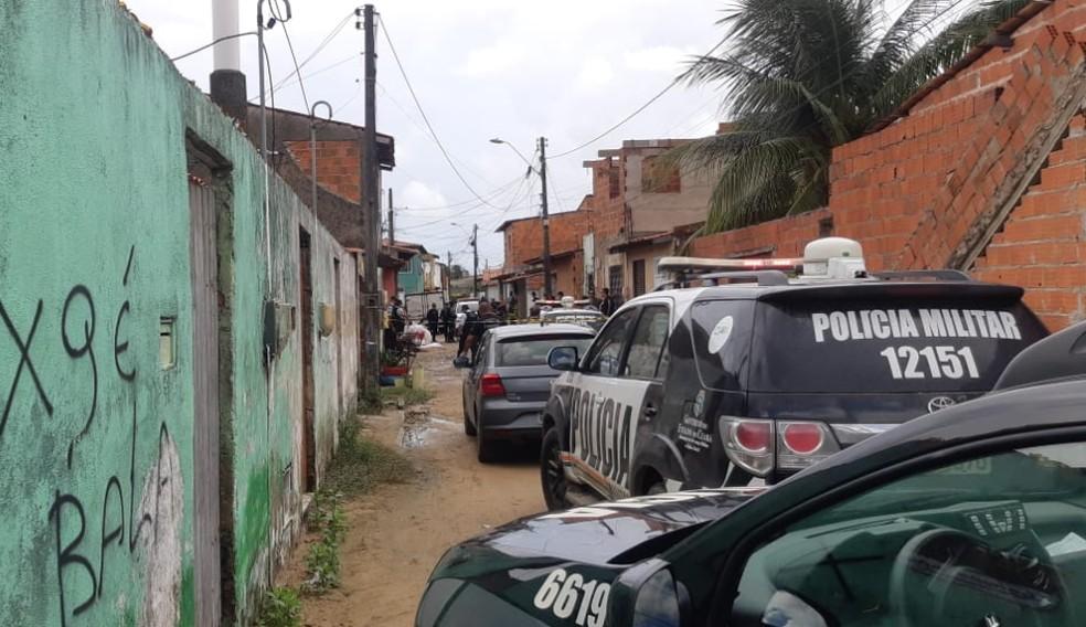 Polícia atende ocorrência de homicídio contra Francisco José da Silva Barros no Bairro Padre Júlio Maria, em Caucaia. — Foto: Leábem Monteiro/Sistema Verdes Mares