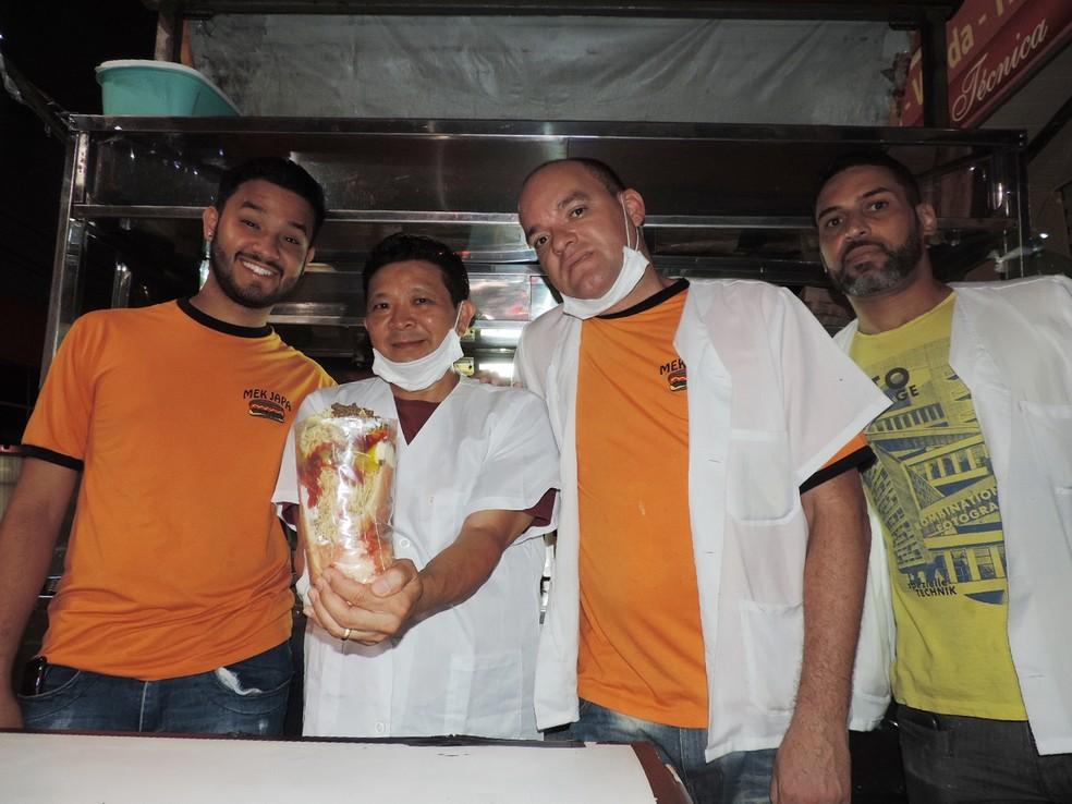 'Mek Japa' tem equipe que ajuda a montar e servir cachorros-quentes em São José do Rio Preto (SP) (Foto: Marcos Lavezo/G1)
