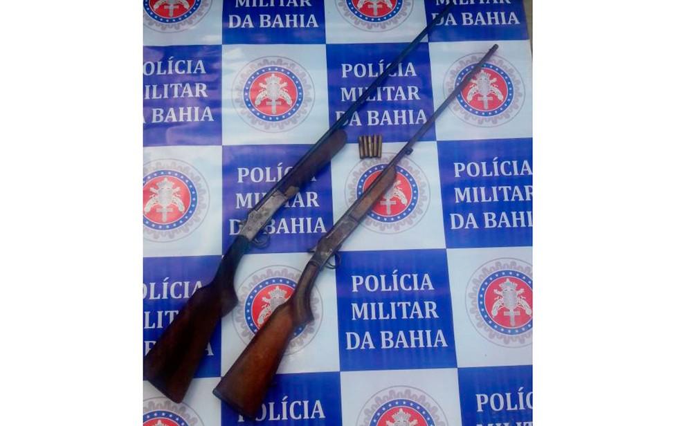 Duas espingardas também foram apreendidas (Foto: Polícia Militar/Divulgação)