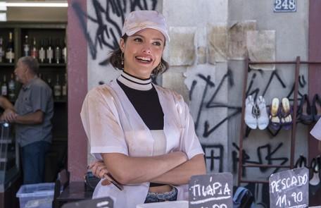 Na segunda-feira, (14), Josiane (Agatha Moreira) surtará depois de ser chamada de boleira e irá atirar bolo nos clientes Reprodução