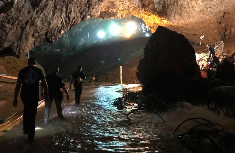 Foto tuitada por Elon Musk mostram esforço de resgate de meninos presos em caverna da Tailândia, nesta terça-feira (10)  (Foto: Courtesy of Elon Musk via AP)