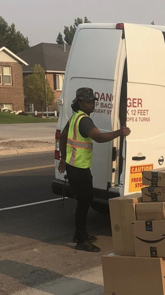O entregador intrigado (Foto: Reprodução)