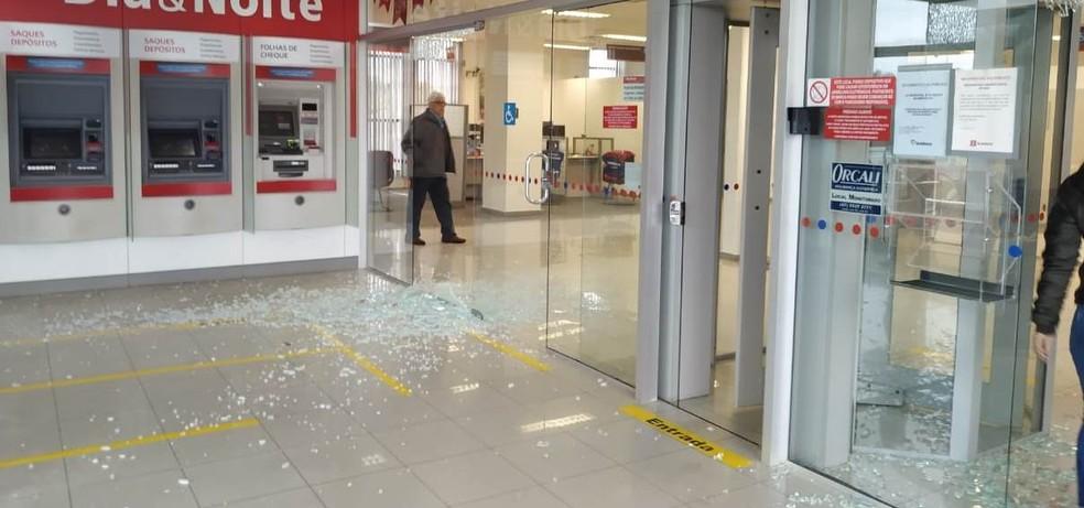 Agência bancária foi alvo de assaltantes na manhã desta sexta-feira (6) em Blumenau, no Vale do Itajaí — Foto: Gabriel Souza/ Bombeiro Comunitário de Blumenau/ Divulgação