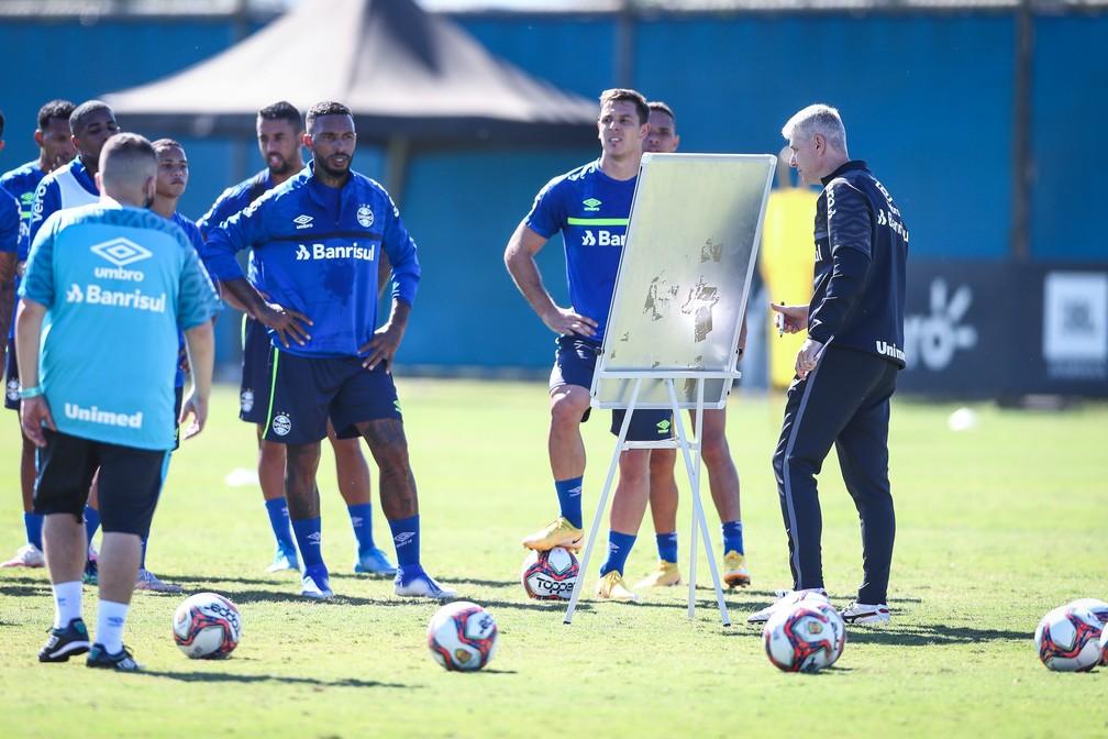 Tiago Nunes comanda primeiro treino pelo Grêmio antes de estreia contra Ypiranga — Foto: Lucas Uebel/DVG/Grêmio