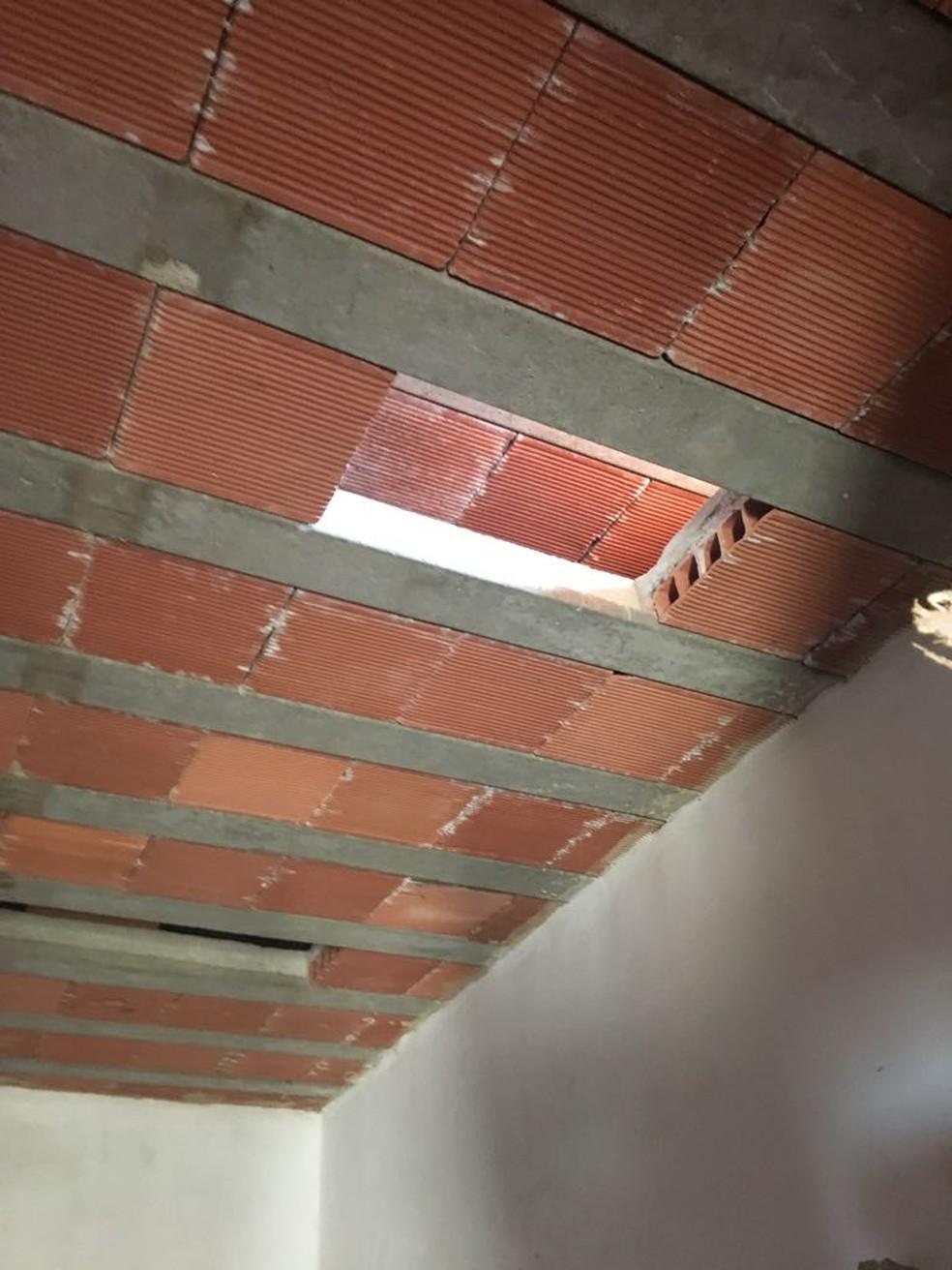 Material estava escondido em teto falso de casa em Vigário Geral (Foto: Divulgação / Polícia Civil)