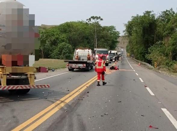 Motociclista morre ao ser atingido por carreta na Lúcio Meira, em Barra do Piraí
