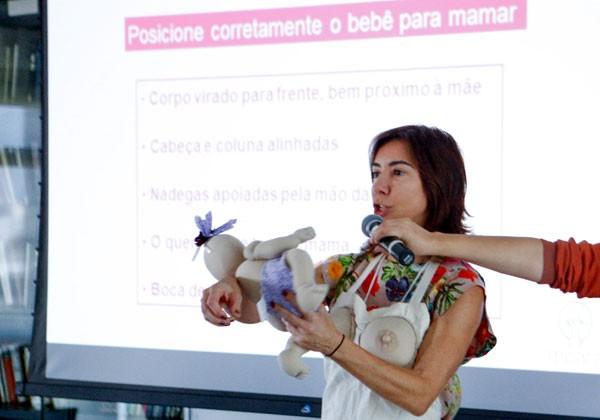 Avental com mamas falsas e bebê-boneco em tamanho real: Marcia Koiffman explica a posição e a pega correta no #TáNaHora (Foto: Ricardo Cardoso)