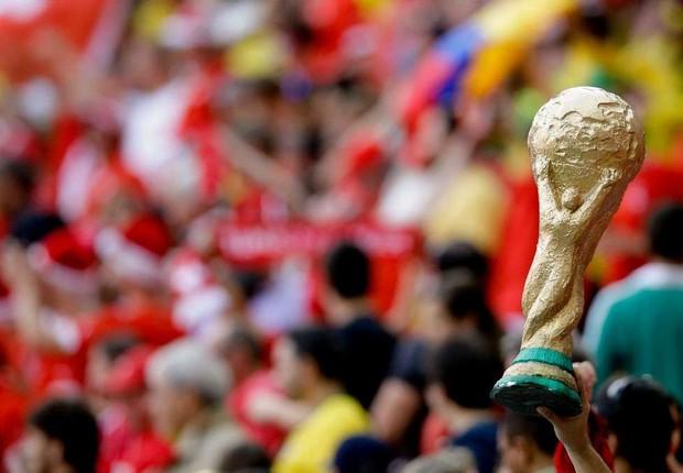Torcedor segura estatueta que imita troféu da Copa do Mundo em jogo no Brasil (Foto: Reprodução/Facebook)