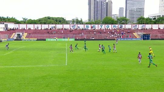 Zaga do Goiás se enrola, Paulo Vitor recebe na área, mas estava impedido, aos 8 do 2º tempo