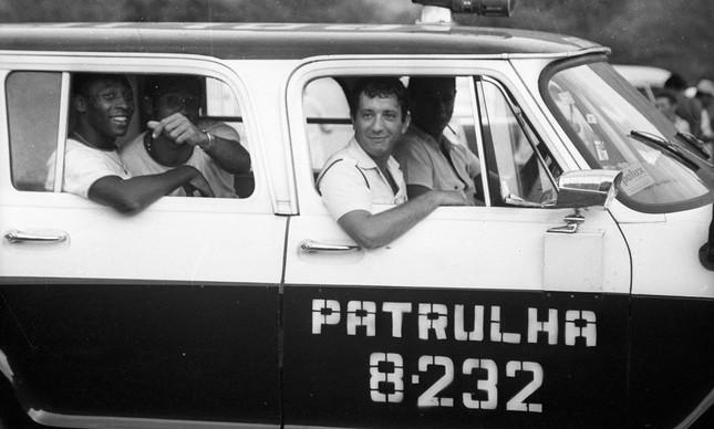 Pelé de carona em carro da Polícia Civil no Clube Itanhangá, no Rio, em 1970