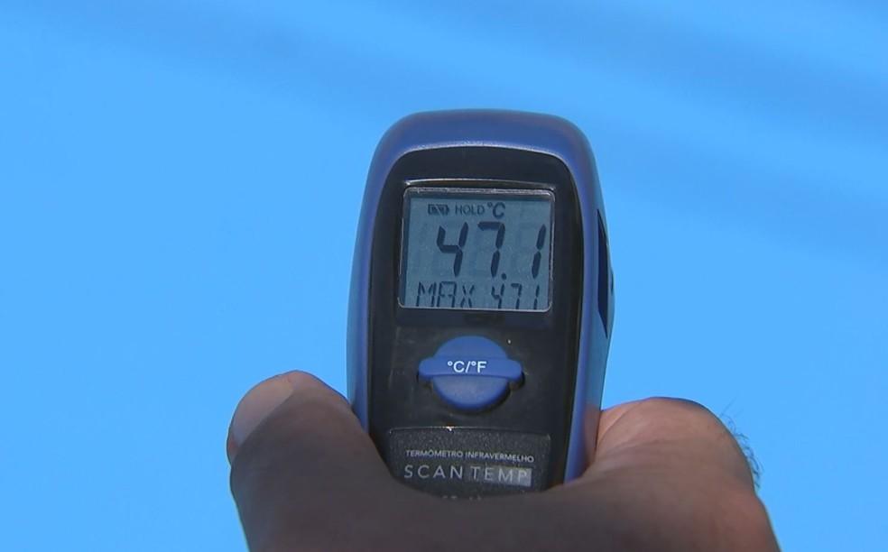 Cor azul no asfalto promete diminuir gasto com energia elétrica, diz secretário do Meio Ambiente de Piraju — Foto: Reprodução/TV TEM
