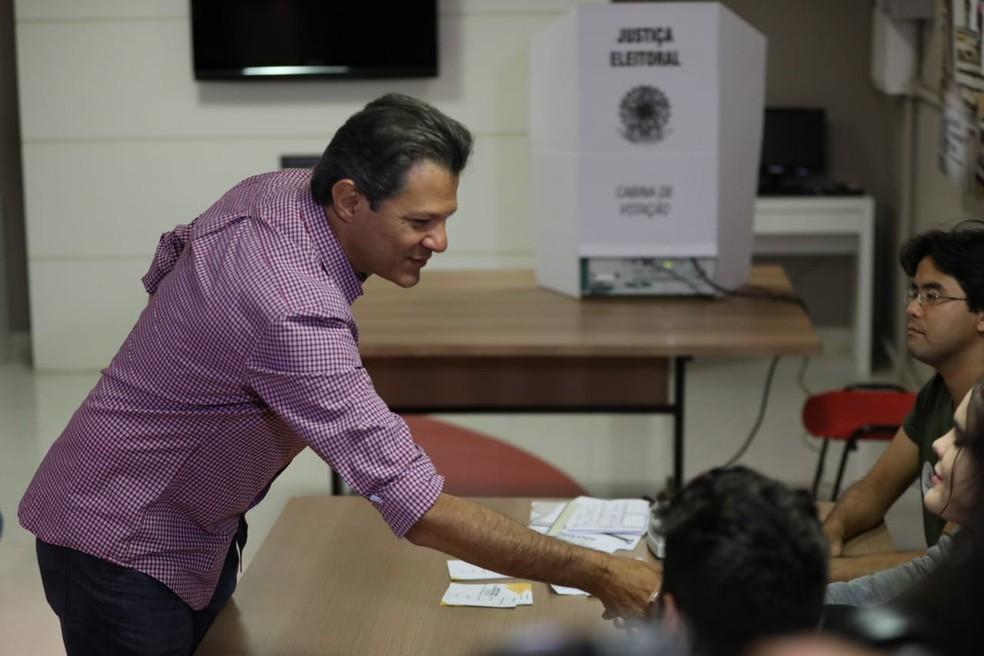 Haddad cumprimenta mesários após concluir votação — Foto: Marcelo Brandt, G1