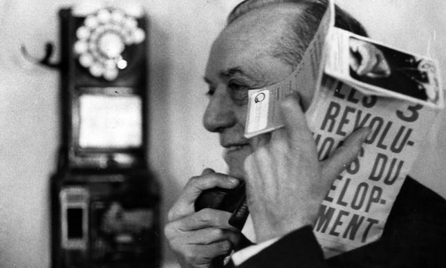 Dom Hélder Câmara fala ao telefone no Galeão após desembarcar de Londres, onde participou de congresso estudantil, em 1969
