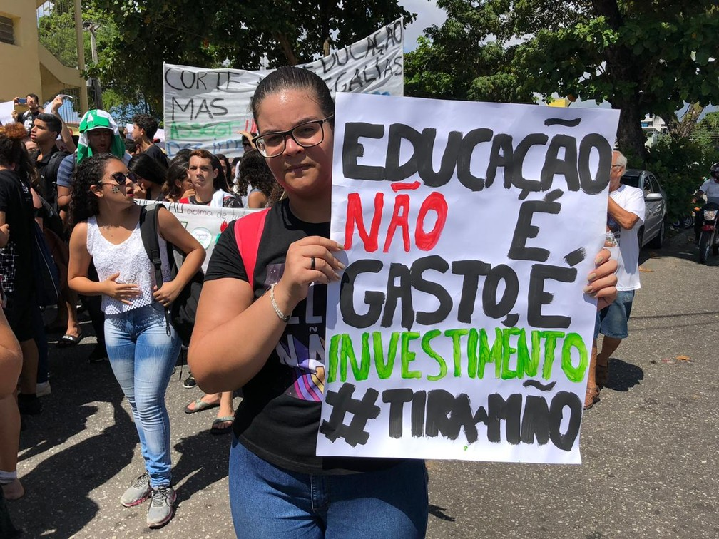 João Pessoa - estudantes e professores fazem protesto contra bloqueios na educação — Foto: Walter Paparazzo/G1