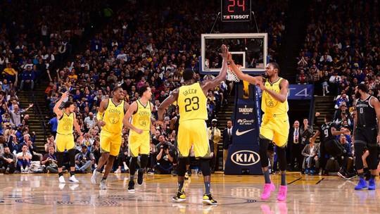 Warriors derrubam os Pistons em casa e assumem a liderança da Conferência Oeste da NBA