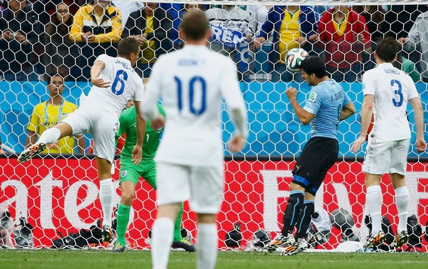 Suarez gol Uruguai x Inglaterra (Foto: Reuters)