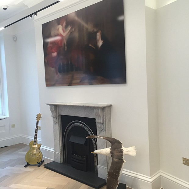 Inside Webster's Mayfair showroom, where a gilded guitar by Marlow, made in honour of his autobiography, has pride of place (Foto: @SuzyMenkesVogue)