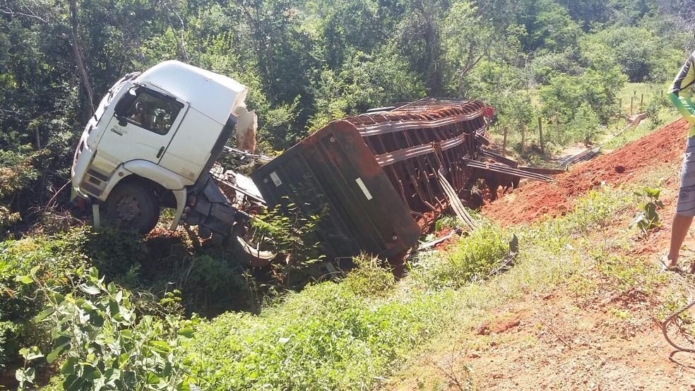 Caminhão transportava 27 bois e o motorista morreu no hospital (Foto: Polícia Militar/ Divulgação)