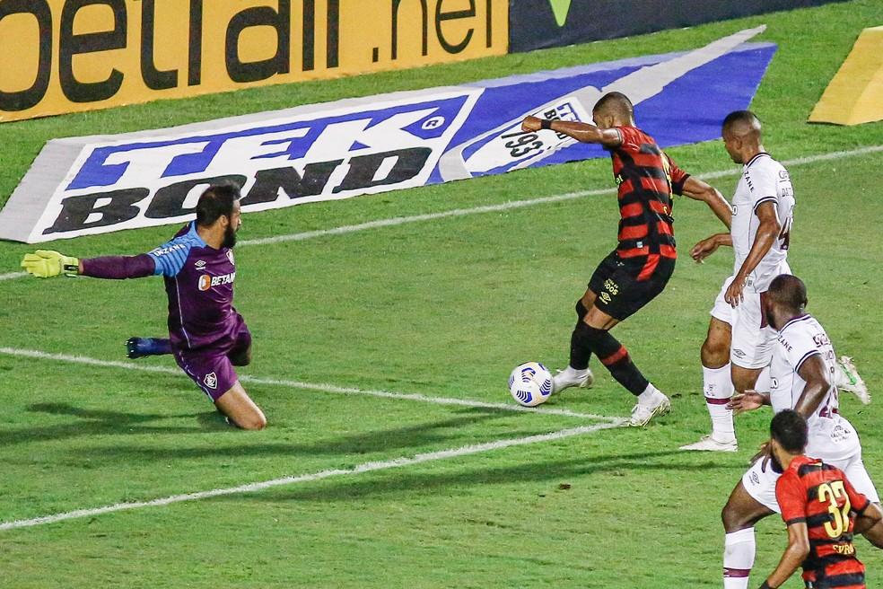 Muriel faz grande defesa em chute de Trellez, em Sport x Fluminense — Foto: Paulo Paiva/AGIF
